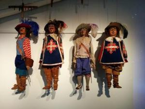 E sì - anche le marionette...